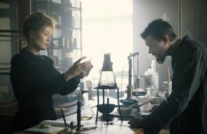 Marie et Pierre Curie dans leur laboratoire